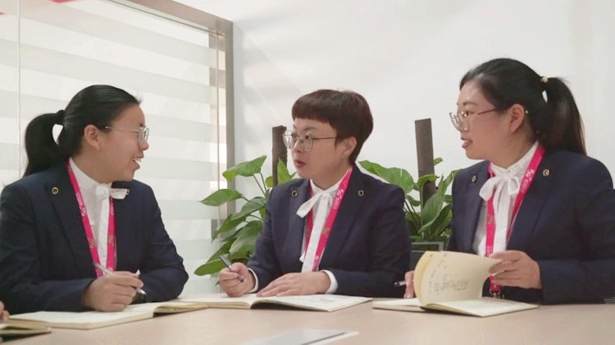 工作之余,陈姗姗和同事们总会聚在一起讨论目前的难点和问题。