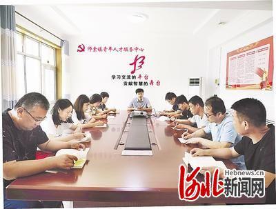 在师素镇青年人才服务中心,党委书记耿树明(中)主持召开青年人才座谈会。(资料片)通讯员 杨熙正 摄