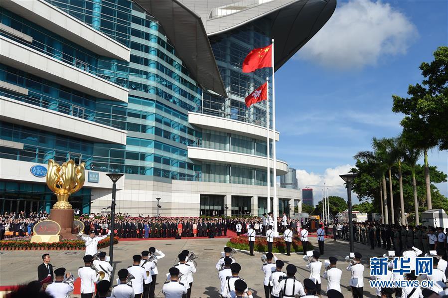 7月1日,香港特别行政区政府在金紫荆广场举行升旗仪式,庆祝香港回归祖国20周年。 新华社记者 吴晓凌