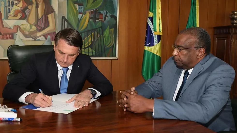 【乌鲁木齐亚洲天堂】_被指学历造假、论文抄袭,巴西教育部长上任仅5天辞职