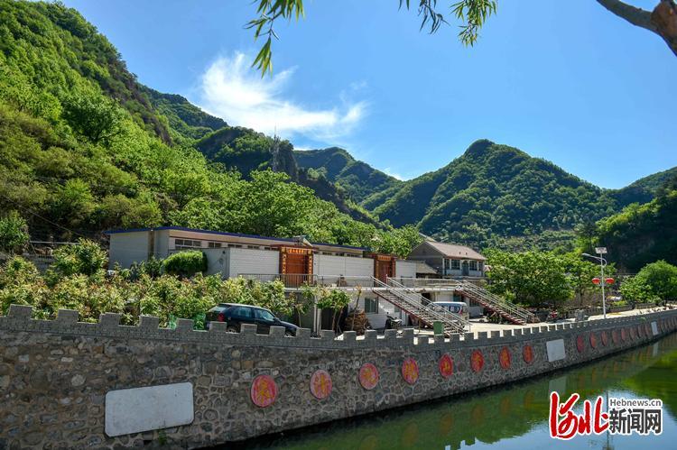 这是近日拍摄的被绿水青山环抱、村容村貌干净整洁的兴隆县乡村美景。河北日报记者 田明 摄