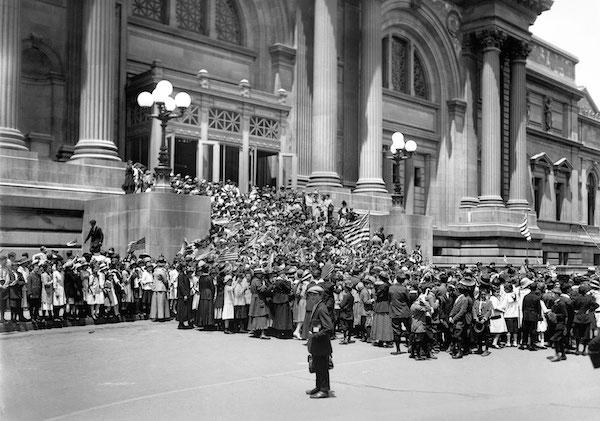 1916年6月4日,第一次世界大战期间,第六公立学校的学生在大都会艺术博物馆庆祝美国国旗纪念日。