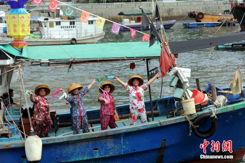 7月1日下午,香港有渔民举行彩艇巡游活动。17艘渔船在香港仔避风塘内巡游,庆祝香港回归祖国17周年。中新社发 谭达明 摄