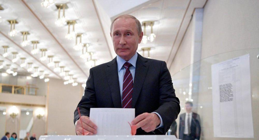 【网络营销策划】_俄罗斯宪法修正案投票日 普京现场投下神圣一票