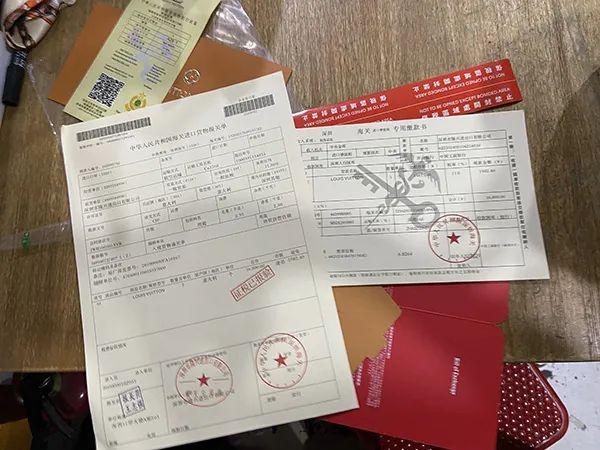 一家礼品盒店内成套出售的假海关报关单与发票,一套只需几元。