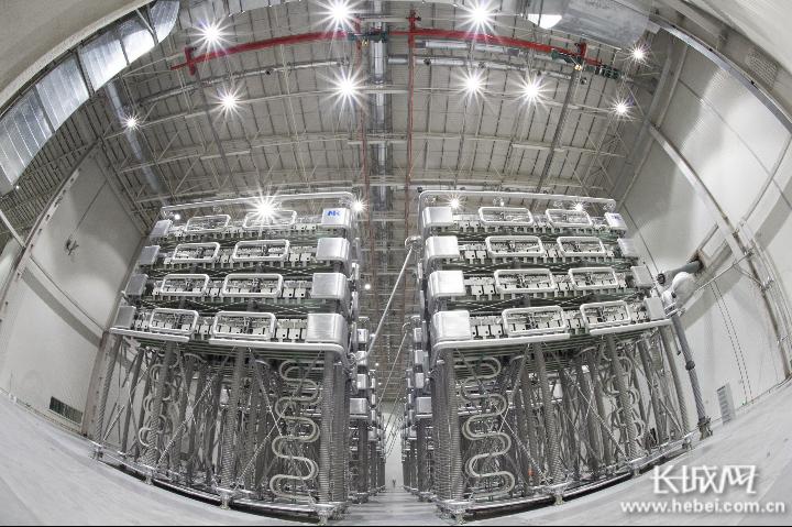 张北柔性直流电网中都换流站阀厅。