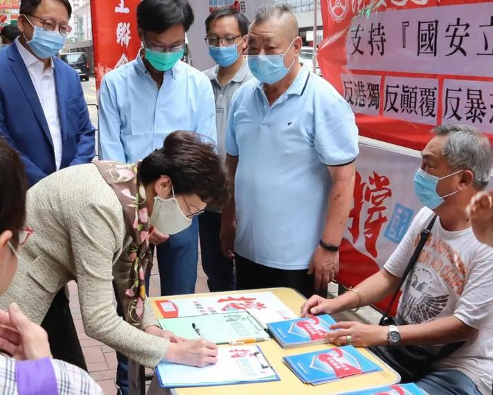 5月28日,香港特区行政长官林郑月娥到访北角一个街站签名支持国家安全立法,并呼吁全港市民一同参与签名行动 图自新华社