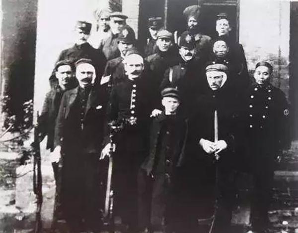 """图5:18日暴动中受伤的巡捕。从图片中我们能看到巡捕里除了欧洲白人,还有华人和戴红头巾的印度锡克族,而且从他们的站位中,我们也能看出巡捕房队伍里的种族主义阶层划分非常明显,包括白人之间的等级划分。图片来自 """"上海老底子"""" 老照片。"""