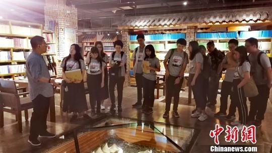 武强向香港大学生山西暑期实习团成员做介绍。 高超 摄