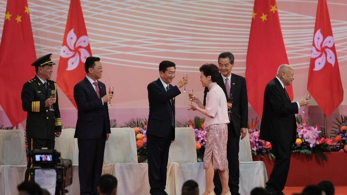 港府举行庆祝回归酒会,林郑与骆惠宁、驻港部队司令碰杯