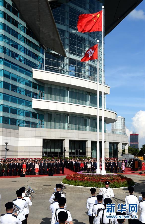 7月1日,香港特别行政区政府在金紫荆广场举行升旗仪式,庆祝香港回归祖国20周年。 新华社记者 吴晓凌 摄