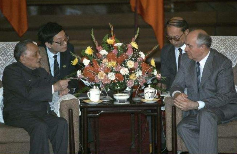 1989年5月16日,邓小平与戈尔巴乔夫举行谈判。