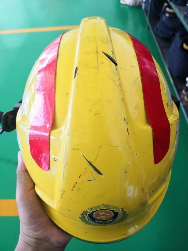 【炮兵社区app平台】_海南消防员解救被挟持儿童:头部被砍三刀,所幸有头盔保护