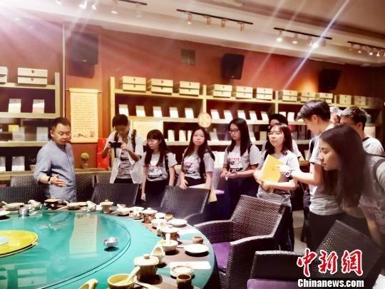 2019香港大学生山西暑期实习团在商务印书馆山西大学阅读体验店参观。 高超 摄