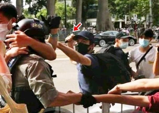 【robots】_被亲友举报,香港暴徒刺伤警员连夜潜逃在机场被捕