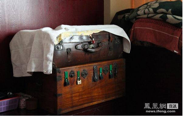 老干妈的卧室摆放着结婚时用的箱子。