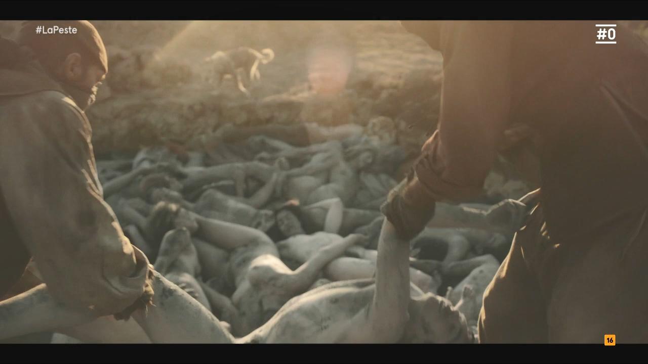 《黑死病》中因瘟疫而罹难的人被集中掩埋。
