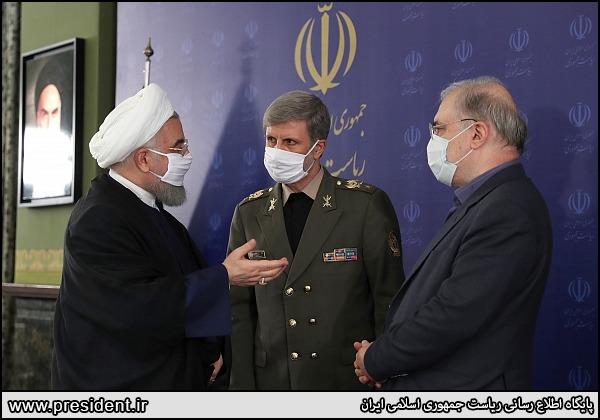 △图为伊朗总统鲁哈尼在与官员交谈时均佩戴口罩