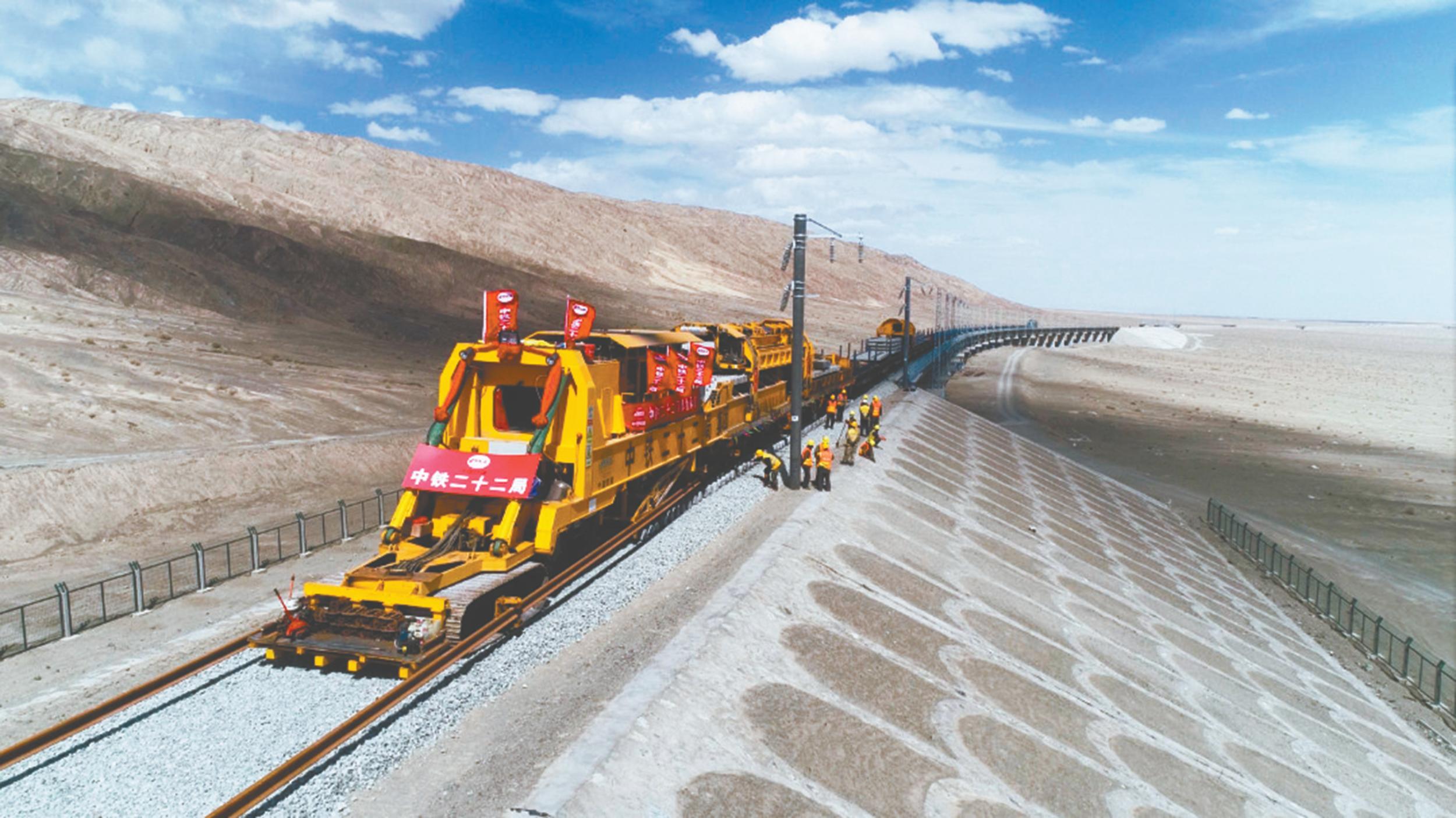 大漠戈壁,铁轨成为一道风景线。刘伟 摄