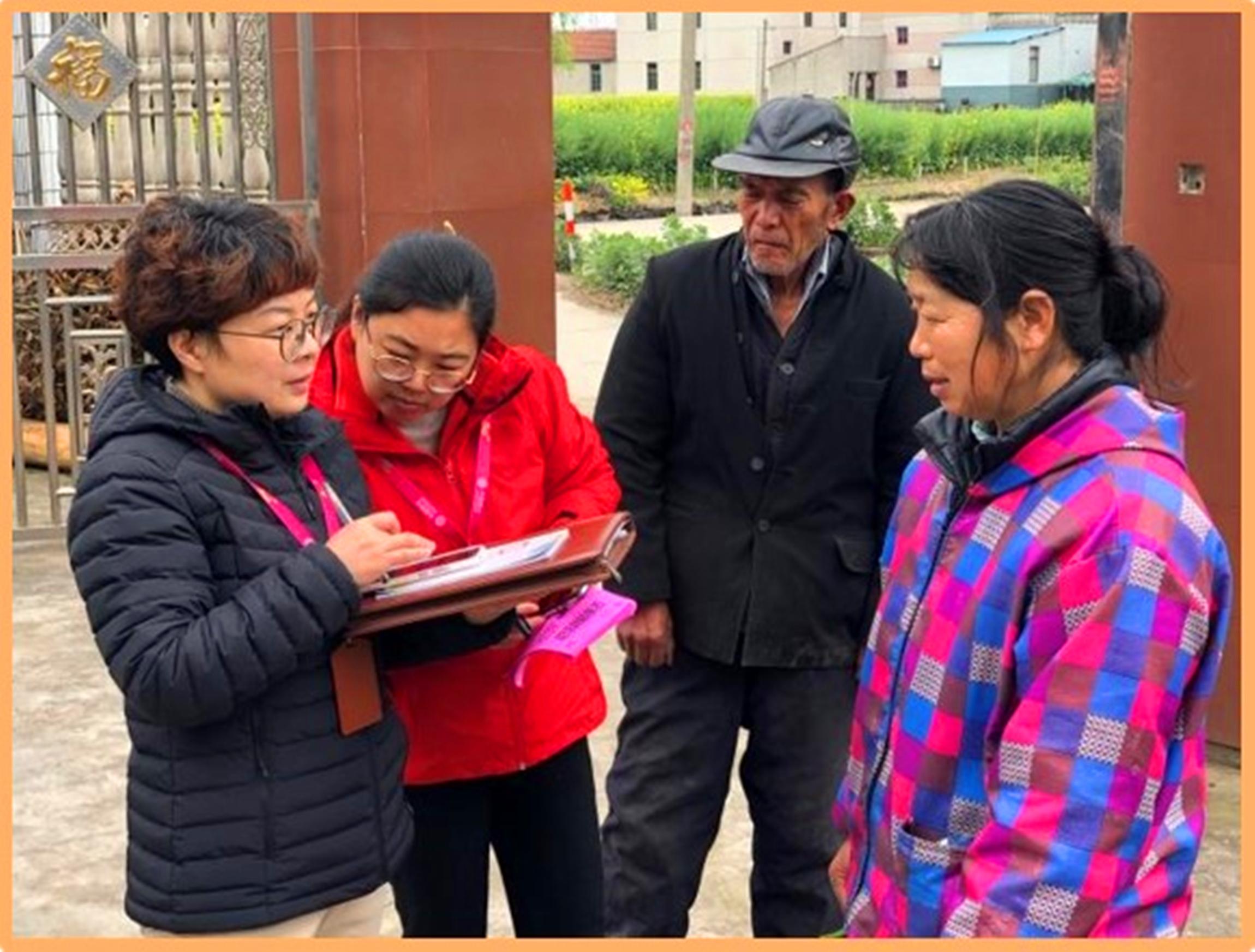 陈姗姗经常深入社区,了解贫苦户的实际需求和困难。