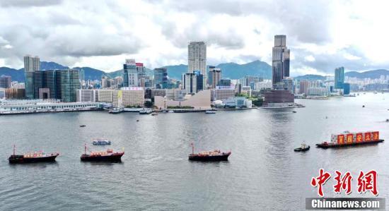"""7月1日,香港各界庆典委员会在中环码头举行大型""""庆香港回归 贺国安立法""""活动。图为100多艘渔船在维港大巡游。 中新社记者 洪帆 摄"""