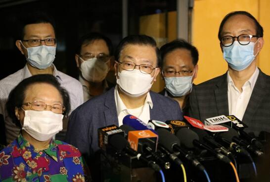 """谭耀宗返港后在机场见记者(图片来源:香港""""橙新闻"""")"""