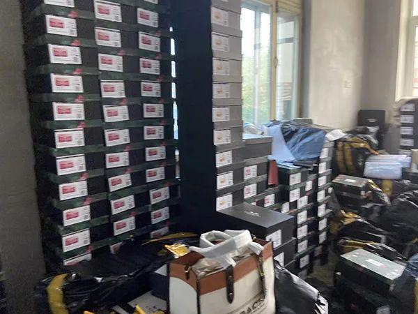 崔君的仓库,一间房子摆放了上千件已经塑封好的蔻驰假包。