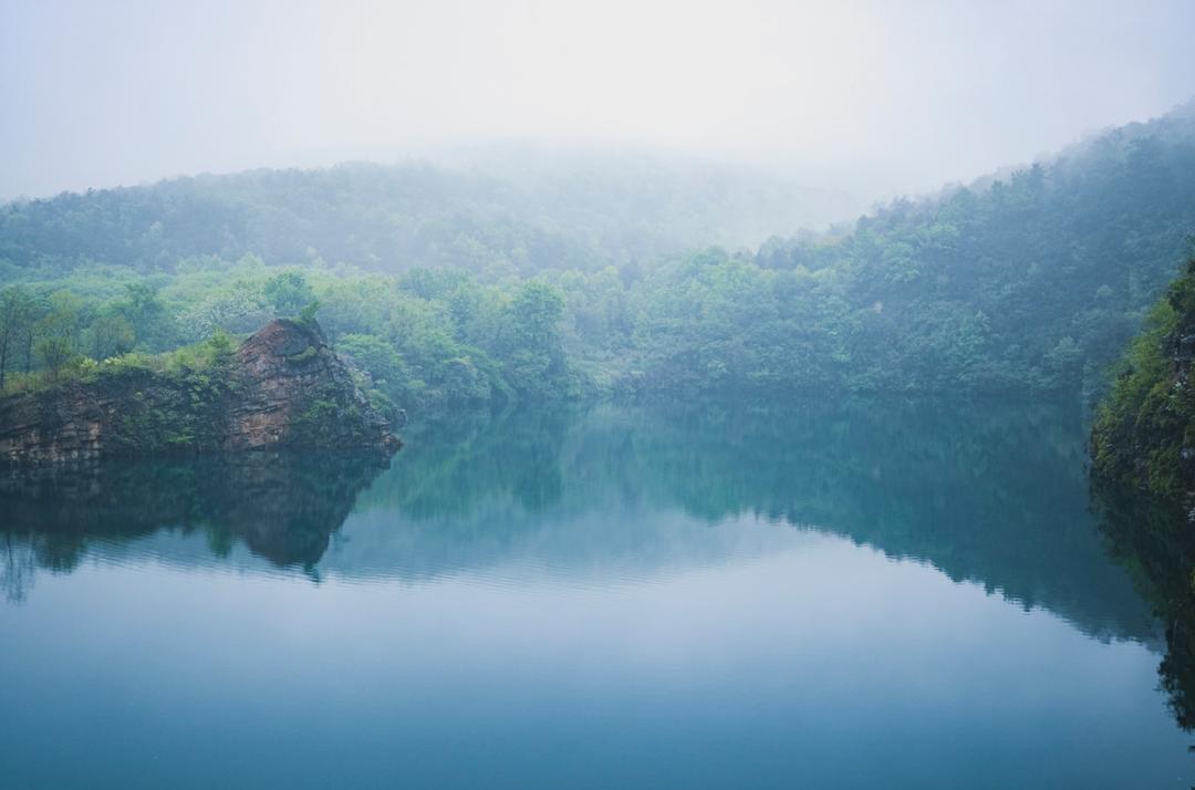 都说深秋,是虞山最美的季节,其实夏季的虞山也藏了别样的美。一阵下雨过后,绿叶娇嫩欲滴,不远处雨雾环绕,这里成为了天然的避暑胜地。