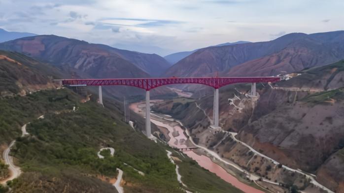 中老昆万铁路世界第一高桥合龙 创两项世界纪录