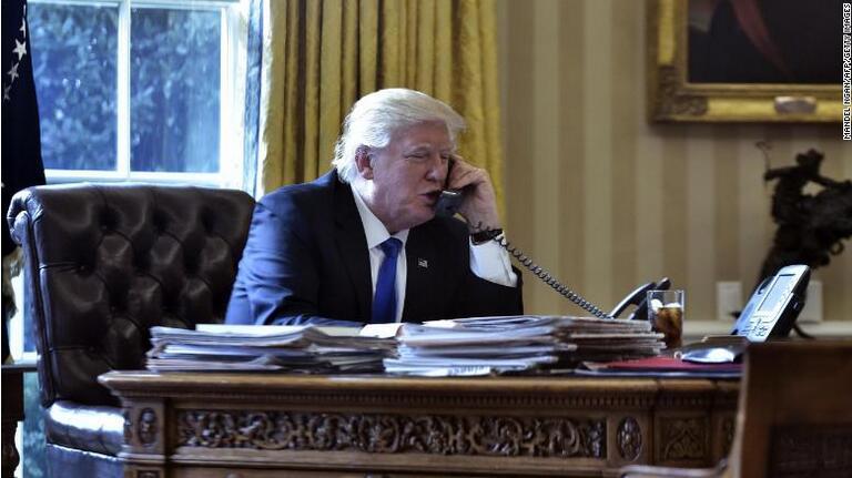 特朗普在白宫椭圆形办公室打电话