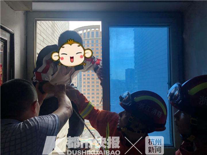 【优化教程】_杭州一高考生被困家中,消防紧急破窗救人