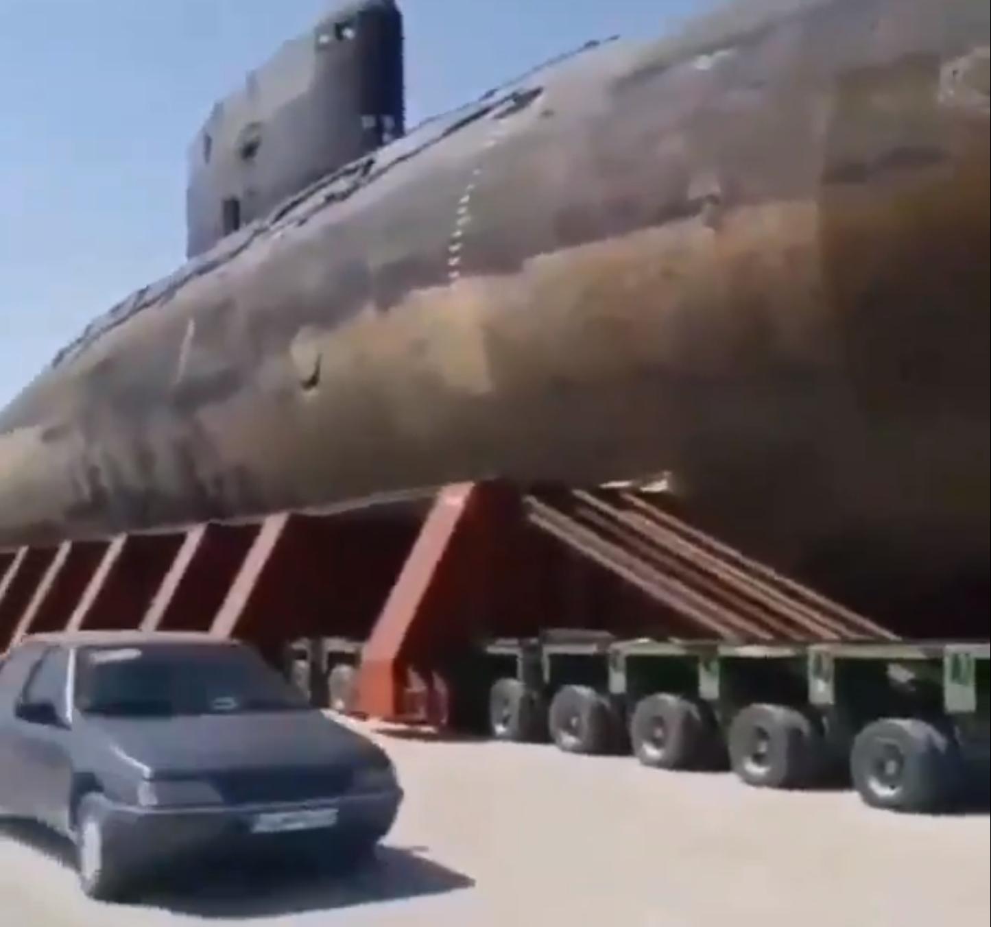 伊朗公路惊现俄制基洛级潜艇 由重型卡车拖着前进