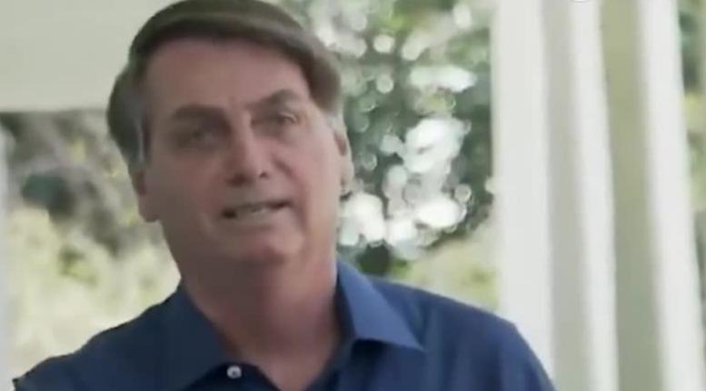 巴西总统采访中承认自己感染新冠病毒 说着突然后退摘掉口罩
