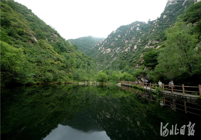 2020年7月4日,游客涞源十瀑峡景区游玩。