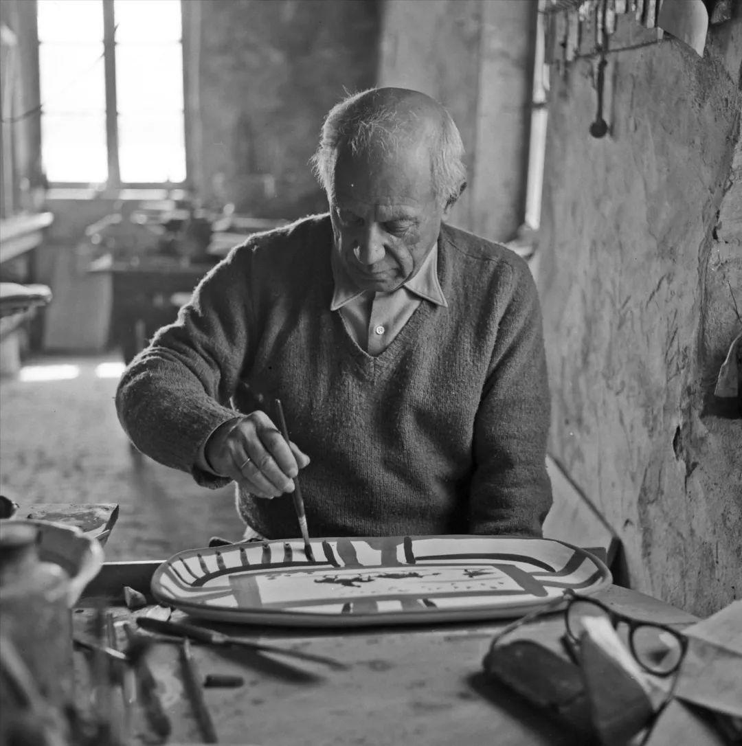 毕加索于马杜拉工作室制作斗牛盘