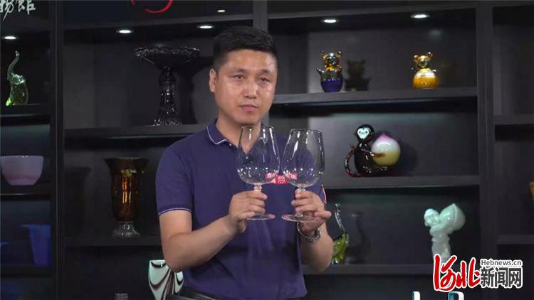 明尚德玻璃科技股份有限公司的代表正在展示其公司的代表产品之一——磬鸣。