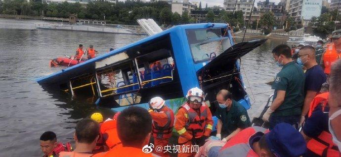 贵州安顺载高考生的大巴车冲进水库 现场已救出18人