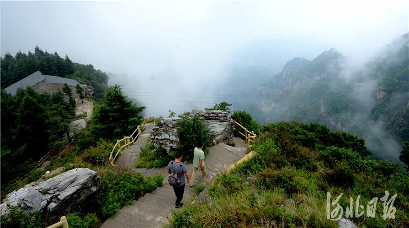 2020年7月4日,游客雨后赏国家5A级旅游景区--白石山美景。