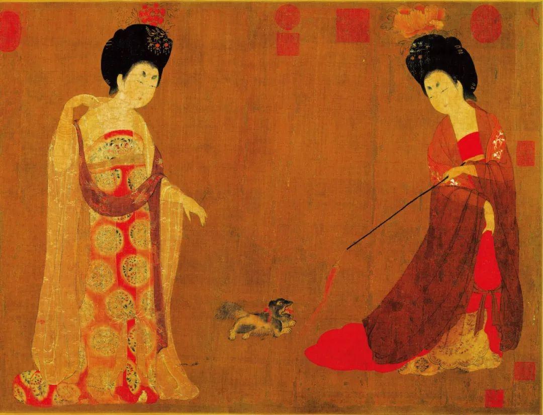 唐・周�P《簪花仕女图》(局部),画中的两名贵妇均身着无袖襦裙,襦裙之外又穿着宽松广袖的薄纱罩衫,在她们的上臂之上还围着绘有图案的丝质帔子,这些衣服的袖子据测量至少有0.9米宽