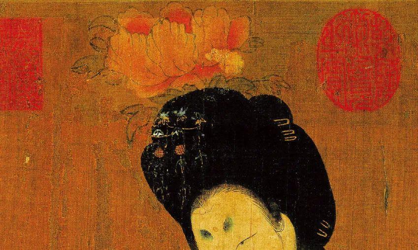 """唐·周昉《簪花仕女图》(局部),右边这位贵妇的发髻高耸华丽,其中不只是她原本的头发,也运用了义髻。大朵粉色的牡丹花也使得发髻更显巍峨。此外,她的发髻上还装点着小片蓝色的翠鸟羽毛。她的黛眉描画成""""桂叶眉""""的形状"""