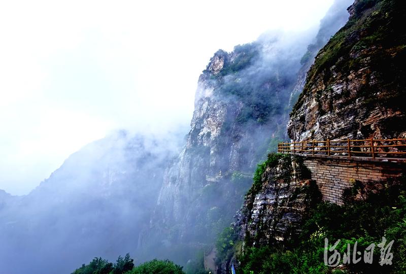 2020年7月4日,雨后的国家5A级旅游景区--白石山美景。