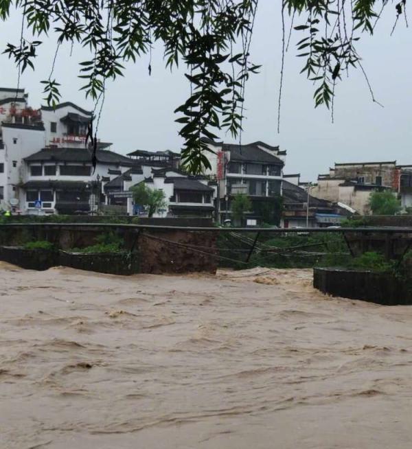 被洪水冲毁的屯溪老大桥现场 新安晚报 图