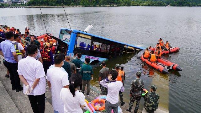 贵州安顺公交车坠湖事件救援人士:已找到司机,正确认情况