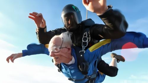 103岁老人4000米高空跳伞破纪录 曾在二战中修飞机