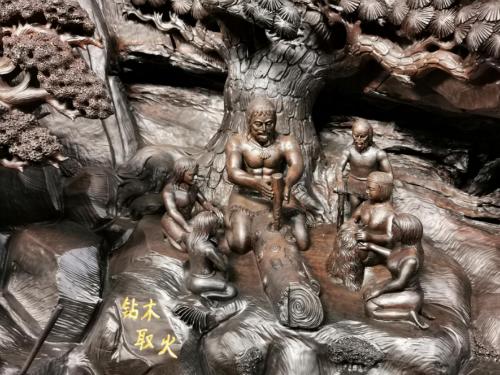 """""""中华上下五千年""""巨型雕刻局部:钻木取火(图片来源:桐柏山木雕博物馆)"""