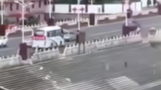 贵州公交坠湖目击者报警语音曝光:反复确认事发地 连说4声快