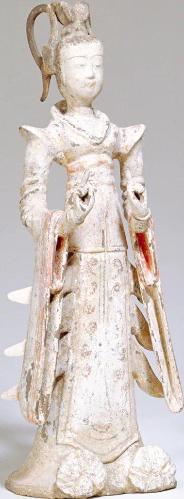 这尊塑像的发式、鞋子与袍子式样和上面的花纹体现了7世纪唐朝宫廷舞姬最流行的装束