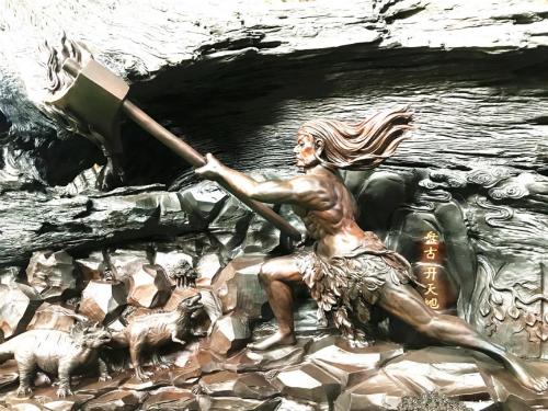 """""""中华上下五千年""""巨型雕刻局部:盘古开天地(图片来源:桐柏山木雕博物馆)"""