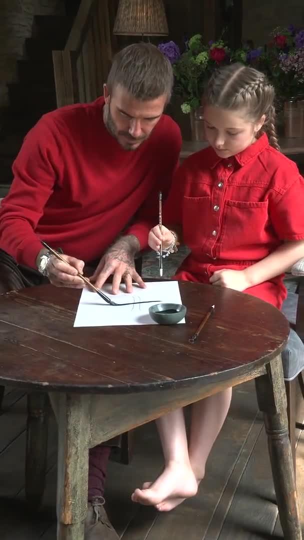 贝克汉姆带小七写毛笔字,写得怎么样?
