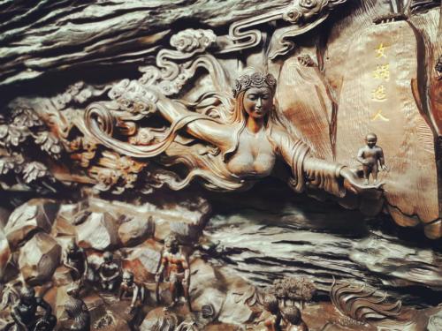 """""""中华上下五千年""""巨型雕刻局部:女娲造人(图片来源:桐柏山木雕博物馆)"""